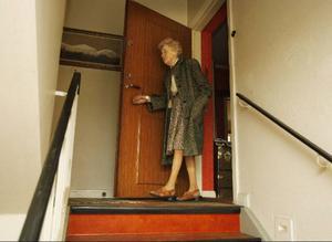 – Våra lägenheter på andra våningen verkar ha klarat sig helt, säger Signe Olofsson när hon igår inspekterade sitt hus.