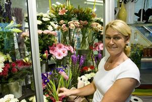 INGA PROBLEM. Lisa Andersson har inte märkt någon försämring sedan Stortorget började byggas om. Snarare har det underlättat att hennes butik, Lisas blommor, är lättillgänglig från Nians parkeringshus.STANNAR INOMHUS. Konditori Lido har förlorat sin guldgruva – uteserveringen. De som fikar där köper gärna med sig något hem också, enligt Monica Björk.
