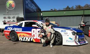 Fredric Magnusson framför årets bil som han kör i den tuffa serien V8 Thunder Cars med start i helgen. Det är också 20:e året i följd som