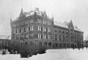 """Farligt fika. 1914 varnade kafferosteriet Engwall, Hellberg & Co människor för att dricka riktigt kaffe och lovprisade i stället ett preparat som enligt annonserna smakade """"förfärligt illa"""". Rosteriet låg i det här huset på Alderholmen och finns fortfarande kvar."""
