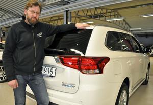 Fredrik Örtendahl är säljare på Mats bilar i Falun och här står han framför en så kallad