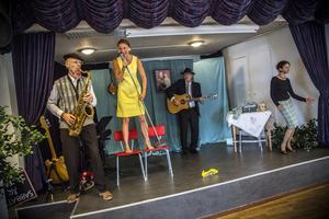 """Bengt Kyllinge, Cecilia Kyllinge, Anders Larm och Solveig Bergqvist Larsson gör allsång av """"Let's have a Party"""" som har spelats in av bland annat Elvis Presley och Wanda Jackson."""