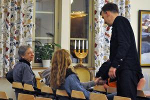 Efter konserten gick Anders omkring och tog alla publiken samt arrangörerna i hand och tackade för att de kom.