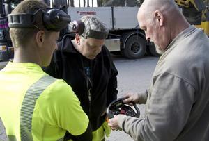 Kristoffer Dahlström, Kent Olofsson och John Moser, samtliga på Hallstahammars kommun. Moser visar ett sladdlöst reglage för sandupptagningsmaskinen.