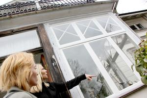 Erika och Emma diskuterar restaurering av fönster.