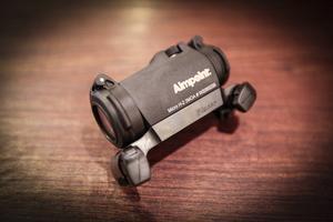 Aimpoint Micro H-2. Drevsikte vid snabba jaktsituationer, som grisjakt eller när man smyger på ståndskall på älg. Passar allra bäst när man skjuter på lite kortare avstånd. 5 695 kronor på Landbys jakt- och fiskeservice.