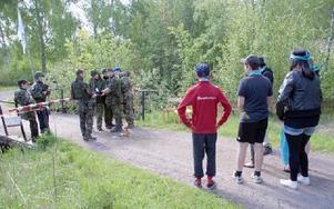 Genom rollspel har eleverna fått uppleva olika situationer som kan vara vardag för en flykting.Bild från årets rollspel Flykten i Horndal.FOTO KERSTIN ERIKSSON