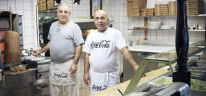 Amir Slewa Yousef och kollegan Nihad Boya jobbar snabbt när beställningarna kommer in.