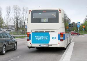 Se upp! Framför bussen finns ett övergångsställe.