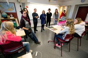 För en tryggare skola. Trygghetsteamet på Risbroskolan informerar i en klass. Från vänster Thorun Nilsson, Åsa-Märta Sjöström, Khoa Mai, Bengan Berg, Victor Larsen, Jenny Eldstål och Krister Nordin.