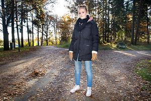 """Här tog tre män hennes son ifrån henne. Rosa, 21 år, tror inte att hon kommer våga gå på cykelbanan något mer efter onsdagskvällens rån. Händelsen har satt skräck i henne. """"De skrek att de skulle ha ihjäl min unge om de inte fick mina grejer"""", säger hon"""