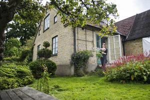 Huset består av en del från 1880-talet och en från 1930-talet. I trädgården hittar Ida växter att dekorera hemmet med.