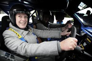 Kommunalrådet Maria Strömkvist (S), här rallyförare för en stund, är mycket entusiastisk inför att Ludvika, som en