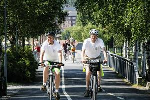 Bosse Svensson och Per Åsling cyklar vidare.