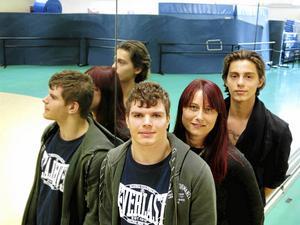 Cirkuslinjens två sista elever, Viktor Aspgård och Adrian Videla med en av lärarna; Anna-Carin Hedblom.