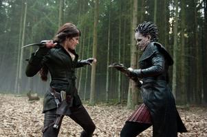 """Gretel (Gemma Arterton) spöar onda häxor i 3D-äventyret """"Hansel & Gretel: Witch Hunters"""" – en orgie i underhållningsvåld."""