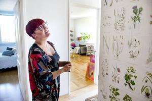 Garderoben i hallen har Jennie tapetserat med sidor från en Flora. Jennie jobbar som florist på Blomsterservice.