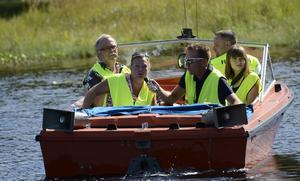 Funktionärsbåtar fanns ute i vattnet efter hela tävlingssträckan.