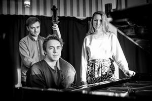 Marcus Öhman, Axel Karlsson och Vendela Tegerstrand fyller i morgon Viksängskyrkan med jazz och Monica Zetterlund.