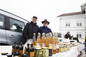 Bollnäsparet Kåge och Berit Sundling sålde bland annat hjortronglögg och björnkorv.