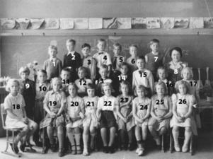 Christer Karlsson har nummer 2 i översta raden, men många andra vet han inte namnet på . Året är i alla fall 1952.