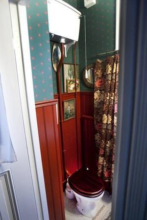Lennart renoverade gästtoaletten innan han började samla och har därför en nytillverkad toalett själv, men i gammal stil.