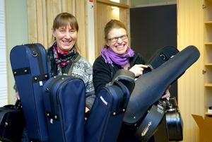 Ingeborg Hjelmberg och Camilla Malén Friman hann med att bära många stråkinstrument under torsdagens stora flytt.