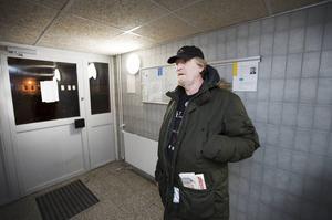 – Varför skicka ut information bara på svenska när de flesta som bor här talar ett annat språk, säger Michael Mayson.