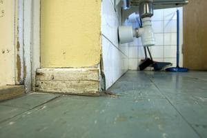I hemkunskapslokalen är golvet direkt snuskigt.