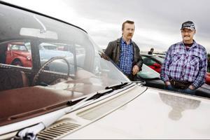 Mats Rommedahl och Kent Forslöf åkte 35 mil enkel väg för att vara med på Springmeet på Optands flygfält. Här beundrar de en Chevrolet Impala som var med i klassen peoples choice.