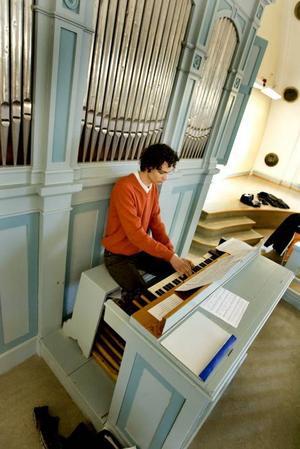 Vasaskolans orgel ljuder igen, efter att knappt ha använts på närmare 50 år. Det är en av eleverna, Max Jonsson, som spelar. På några år har han gått från oerhört ljudkänslig till mycket musikintresserad.