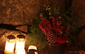 Åkte till Lundby kyrka på lördagkvällen och såg de fina ljusen och dekorationerna som man lagt ut i minneslunden.