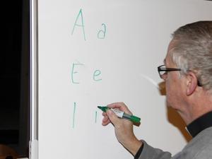Något som man nöter in mycket på träffarna är uttalen av vokalerna.