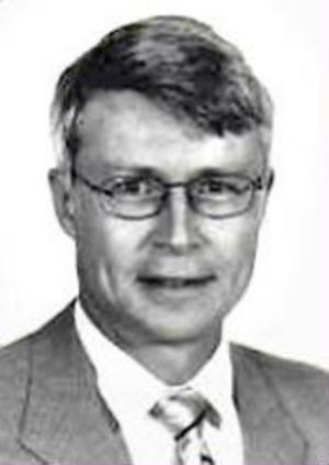 Anders Eriksson är rättsläkare och professor i rättsmedicin. Efter tsunamin arbetade han i Thailand och 1999 var han i Kosovo på uppdrag av Krigsförbrytartribunalen. Han har stora kunskaper om vad som händer med kroppen när en människa dör.