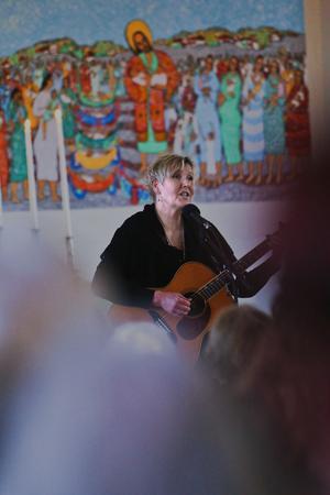Susanne Alfvengren slog igenom med låten Magneter 1984, men är kanske mest känd för duetten Som stormen river öppet hav, som hon framförde tillsammans med Mikael Rickfors.