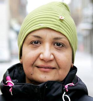 Afrah Jassem, 42 år, Svenstavik:– Ja. Jag har halkat omkull flera gånger i vinter, men det har gått bra. När solen skiner och det blir varmt så blir det halt. Jag ska köpa broddar.