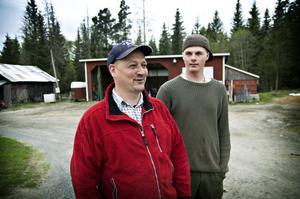 Harald Haraldsson och Erik Karlsson på Haraldssons gård. Två kilometer norrut hittade de benrester från en människa i tisdags.