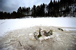 I den här vaken i Larssjön i Kilsbergen dök  polisen under måndagen.
