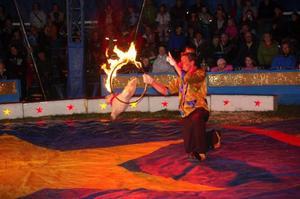 Cirkus Wictoria bjöd publiken i Sveg på eldig hunddressyr med Nefedovs. Foto: Carin Selldén