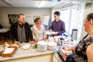Anders Persson, Maria Kangas och Mikael Vallström står i kö till den uppskattade soppan som serveras av Gunilla Olani på sociala företaget Kreativboden.
