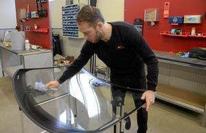 Specialiseras. Alltmer avancerad teknik i bilglasen kräver specialisering av glasföretaget, menar Daniel Persson.  Foto: Barbro Isaksson