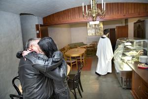 Nygifta. Cecilia Maxe-Asplund och Göran Asplunda kramar varandra medan prästen Agneta Lejdhamre går för att se om fler par dykt upp.Foto: Margareta Andersson