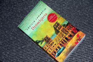 Temat för denna helg var feel-good och en bra bok i den genren är Cecilia Samartins Drömhjärta, enligt Anette Helgesson, och som diskuterades på söndagen. Feel-good innebär att läsaren ska få en varm känsla inombords, när boken är färdigläst.