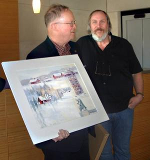 FRÅN HILLE TILL ILLINOIS. Konstnären Johan Thunberg överlämnade gåvan i form av en akvarell med motiv från Hille till svenskamerikanen John Norton, Illinois, som besökte Gävle förra veckan.