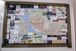 Jaafer från Aleppo i Syrien har klistrat upp en karta på Östersund med olika företagsnamn. Han är inne varje vecka och söker praktikplats.
