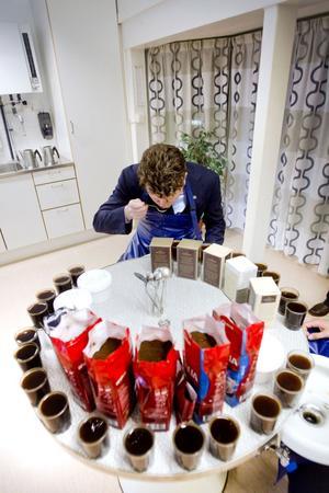 Fick lära sig sörpla. Den amerikanske ambassadören Matthew Barzun fick smaka och sörpla på en hel del olika kaffesorter när han besökte Kraft Foods Gevaliafabrik i Gävle.