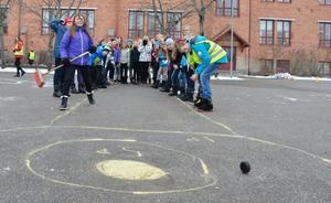 Curling med hockeypuck. Sjätteklassarna hjälpte till som funktionärer medan de övriga eleverna tävlade i diverse grenar.