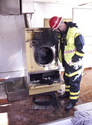 Räddningsledaren Bengt Svedberg konstaterar att det är stora brandrisker med torktumlare, tvättmaskiner och diskmaskiner. Har man de maskinerna i hemmet ska de aldrig lämnas utan tillsyn när de är i gång.