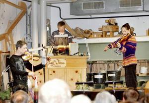 Som en del i Oviken-veckan höll Duo Gelland en konsert i Wikners träverkstad i Persåsen. Foto: Lena Byström