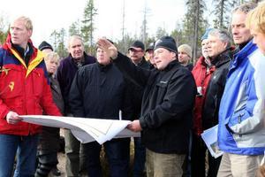 Stora delar av förhandlingarna hölls utomhus där deltagarna och domstolen fick se Glötesvålen från flera olika synvinklarFoto: Håkan Degselius